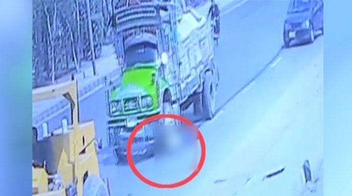 Truck crushes man, daughter to death in Karachi