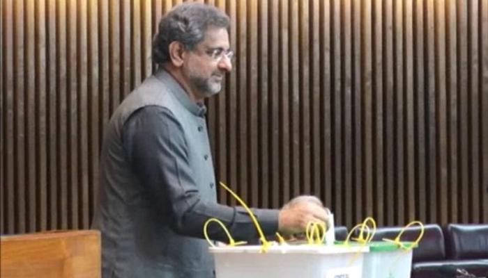 PM Abbasi casting his vote in the Senate eleciton