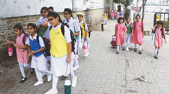 Karachi doctor highlights how heavy schoolbags are affecting children