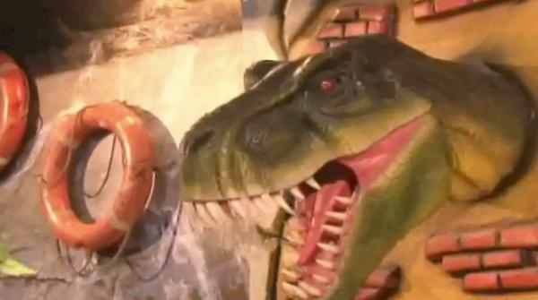 Kids enjoy rides at new dinosaur park in Karachi