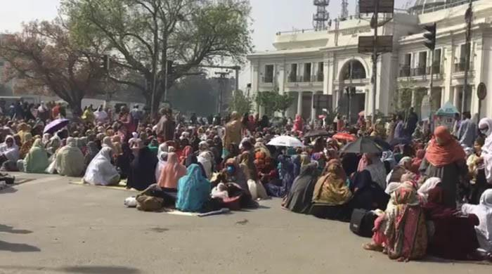 Lady health workers stage sit-in outside Punjab Assembly