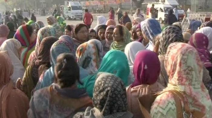Lady health workers' protest in Lahore continues on second day