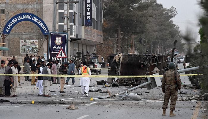 Pakistani security officials cordon off the site of a suicide bombing attack, in Quetta on April 24, 2018. At least five policemen were martyerd and seven security personnel were wounded on April 24. Photo: AFP