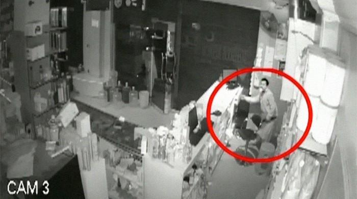 CCTV footage shows retailer in Karachi's Landhi being robbed