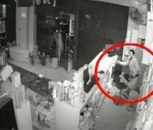 CCTV footage shows retailer in Karachi's Landhi being robbed