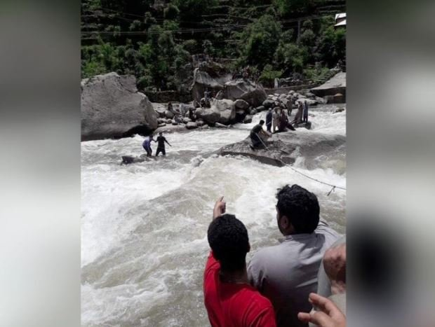Locals seen during rescue efforts- Geo News