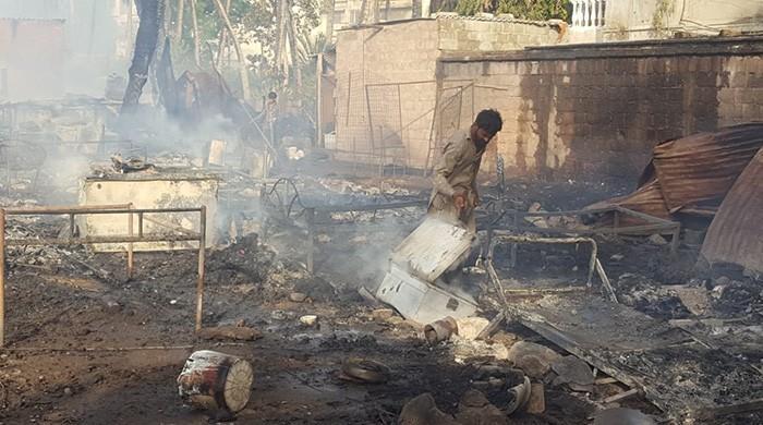 Cylinder explosion causes fire in Karachi, minor burnt alive