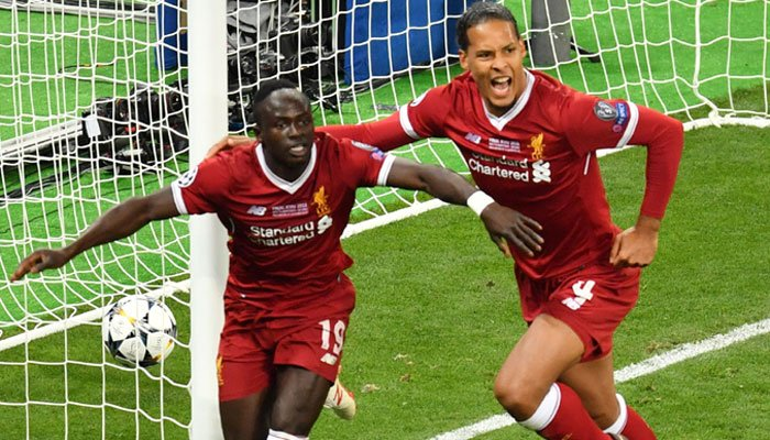 Liverpool´s Senegalese midfielder Sadio Mane (L) celebrates with his teammate Liverpool´s Dutch defender Virgil Van Dijk after scoring the 1-1 equaliser