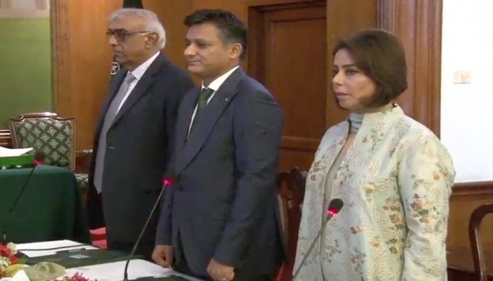 A seven-member cabinet of the interim Sindh government took oath at the Governor House on Friday, June 8, 2018. Photo: Geo News screen grab