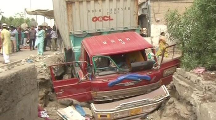 Man stuck under trailer truck succumbs to wounds in Karachi