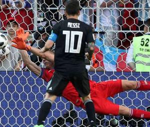 Iceland goalkeeper Halldorsson swaps film-making for World Cup drama