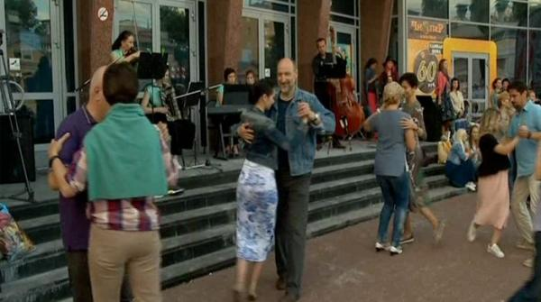 Argentine tango dancers give lessons to passersby in Russia
