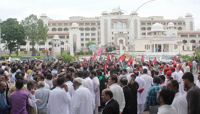 Leaders and workers of opposition parties shout slogans during protest in front of Election Commission of Pakistan (ECP) office. Photo: Online