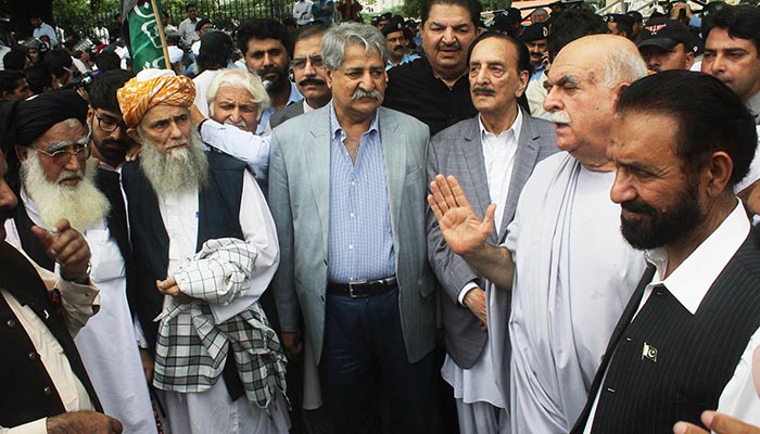 PkMAP chief Mehmood Achakzai talking with Leader of the house in Senate and PML-N leader Raja Zafarul Haq and PPP leader Naved Qamar during protest by the opposition parties in front of Election Commission of Pakistan (ECP) office. Photo: Online