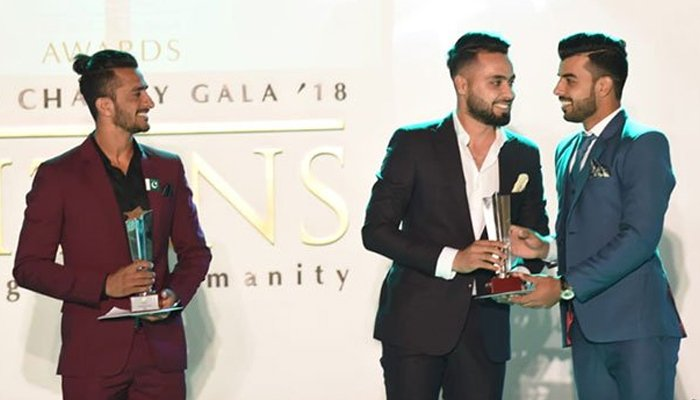Faheem Ashraf receiving his award for the best cricketer (men) in emerging cricketer of the year category. Photo:PCB
