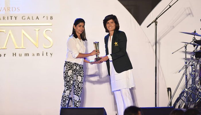 Diana Baig receiving her award for the Best Bowler (women) in domestic category. Photo:PCB