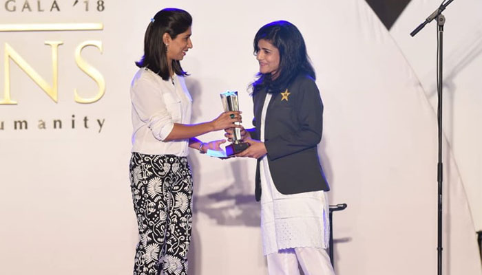 Javeria Khan receiving her award for the Best Batswoman in domestic category. Photo: PCB