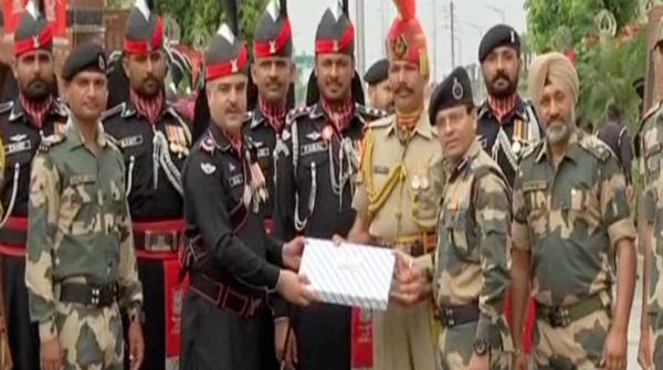Pakistani Rangers present sweets to Indian troops at Wagah