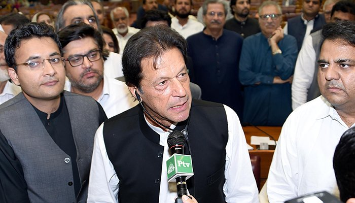 In this handout photograph released by the National Assembly (NA) on August 17, 2018, Pakistan´s newly appointed Prime Minister Imran Khan (C) addresses the lawmakers after been elected by National Assembly in Islamabad on August 17, 2018 - Photo: AFP