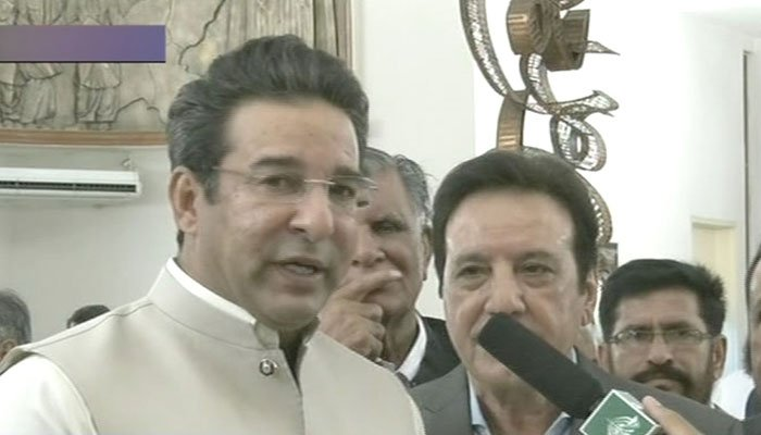 Wasim Akram arrives at Imran Khan's oath-taking ceremony. Photo: Geo News