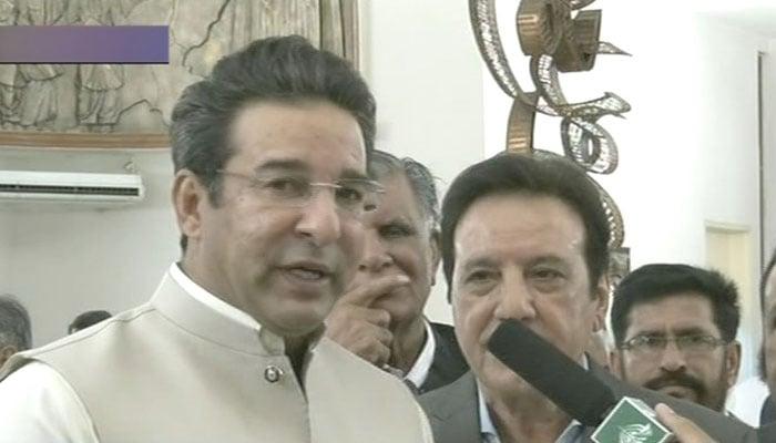 Wasim Akram arrives at Imran Khan's oath-taking ceremony. Photo: Geo News