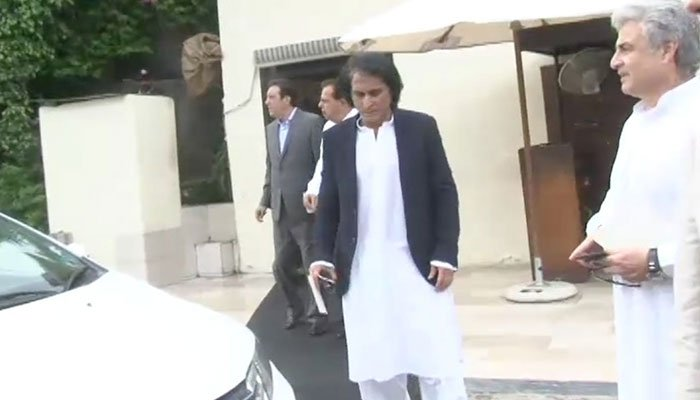 Ramiz Raja arrives at Imran Khan's oath-taking ceremony. Photo: Geo News