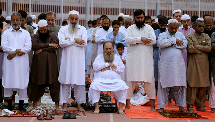 Residents attend Eid-ul-Azha prayers at a playground in Peshawar, Pakistan August 22, 2018. Photo: Reuters