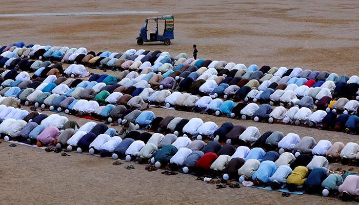 Residents attend Eid-ul-Azha prayers at a playground in Karachi, Pakistan August 22, 2018. Photo: Reuters