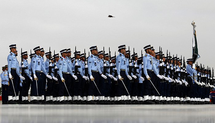 Members of the Pakistan air force march past the mausoleum of Muhammad Ali Jinnah during Defence Day ceremonies, or Pakistan´s Memorial Day, in Karachi, Pakistan September 6, 2018 - Reuters