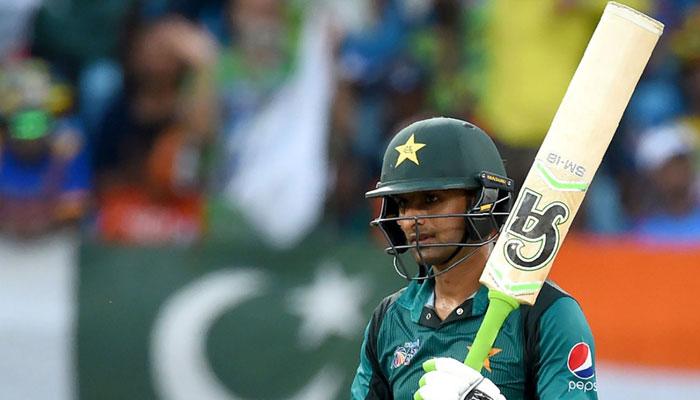Shoaib Malik waves bat after scoring half century. Photo: AFP