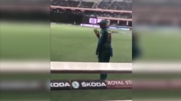 Shoaib Malik waves at fans who called him 'jeeju' during Pak-India match