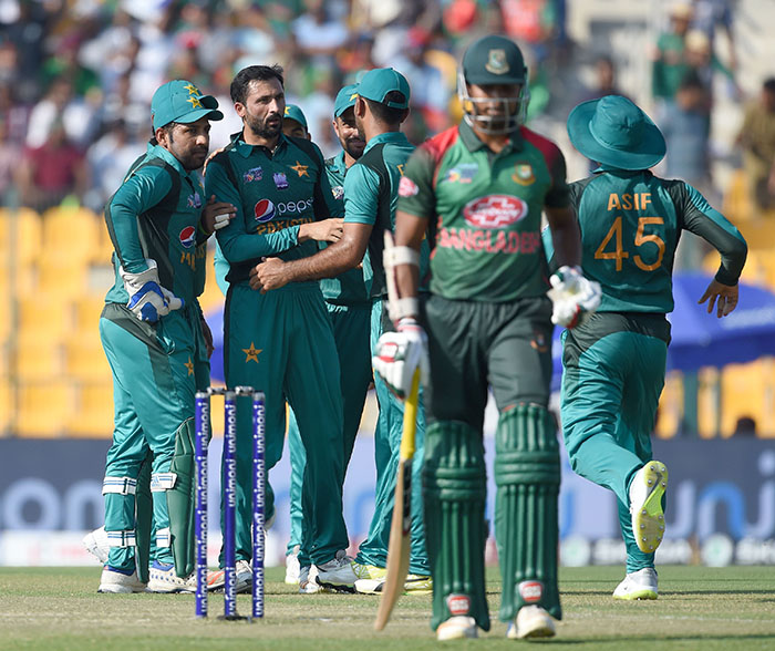 Pakistan cricketer Junaid Khan (2L) celebrates with teammates after he dismissed Bangladesh batsman Soumya Sarkar (2R) during the one day international (ODI) Asia Cup cricket match between Bangladesh and Pakistan at the Sheikh Zayed Stadium in Abu Dhabi on September 26, 2018 - AFP