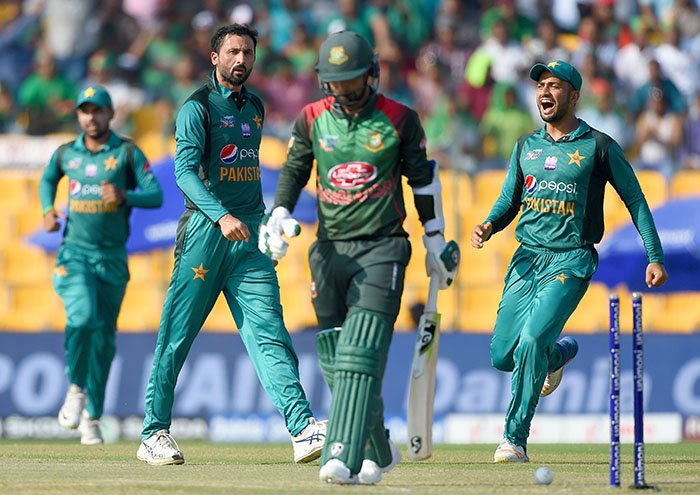 Pakistan cricketer Junaid Khan (C) celebrates with teammates after he dismissed Bangladesh batsman Liton Das (L) during the one day international (ODI) Asia Cup cricket match between Bangladesh and Pakistan at the Sheikh Zayed Stadium in Abu Dhabi on September 26, 2018 - AFP