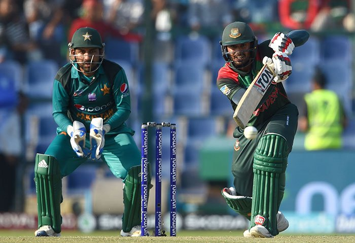 Bangladesh batsman Mohammad Mithun plays a shot as Pakistan captain Sarfraz Ahmed (L) looks on during the one day international (ODI) Asia Cup cricket match between Bangladesh and Pakistan at the Sheikh Zayed Stadium in Abu Dhabi on September 26, 2018 - AFP