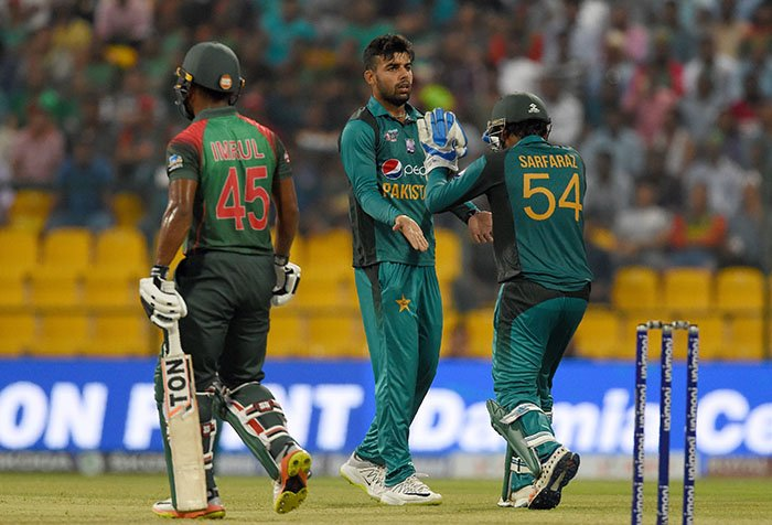 Pakistan cricketer Shadab Khan (C) and captain Sarfraz Ahmed (R) celebrates after he dismissed Bangladesh batsman Imrul Kayes (L) during the one day international (ODI) Asia Cup cricket match between Bangladesh and Pakistan at the Sheikh Zayed Stadium in Abu Dhabi on September 26, 2018 - AFP