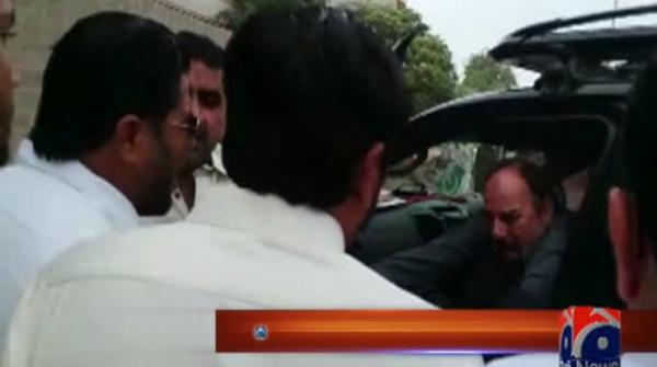 Video of PTI lawmakers fighting in Karachi's road goes viral