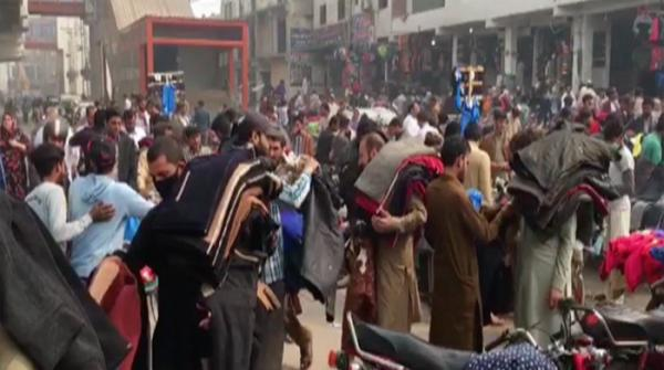 Onset of winter sees crowds of people at Lahore's lunda bazaars