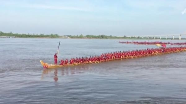 Cambodian woodworkers claim work record in largest 'dragon-boat'