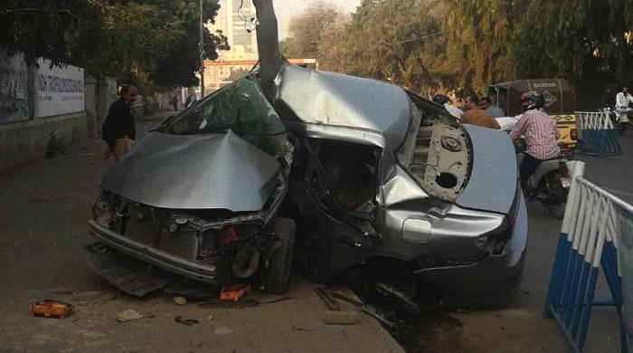 Speeding car crashes into pole at Karachi's I.I. Chundrigar Road, one injured