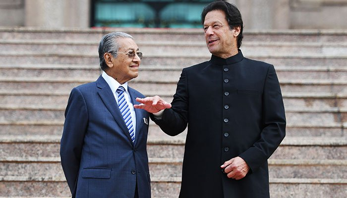 Malaysia´s Prime Minister Mahathir Mohamad (L) listens to his Pakistani counterpart Imran Khan during a welcoming ceremony at the prime minister´s office in Putrajaya on November 21, 2018. Photo: AFP