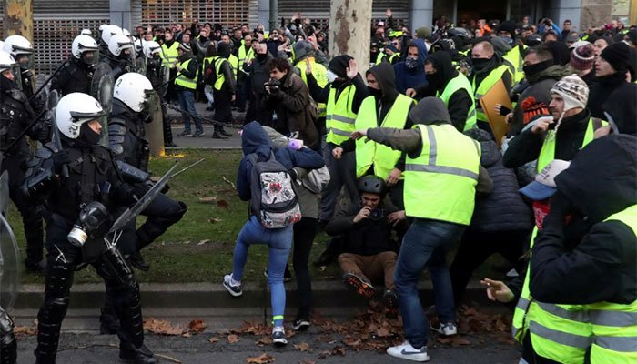 French police clash with 'yellow vest' protesters on Champs Elysees