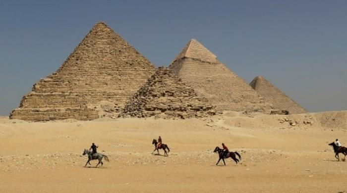 Egypt probes images of naked couple atop pyramid