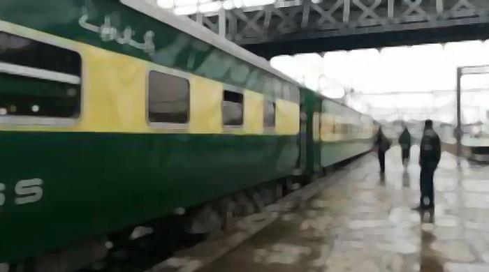 Stranded passengers of Lahore-bound train ciriticise govt after 9-hour delay