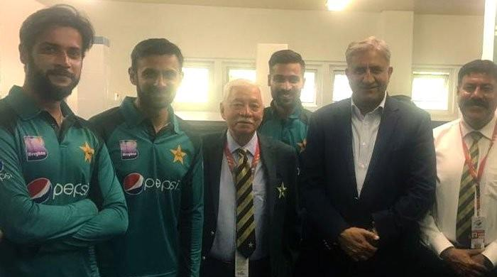 Army chief pays surprise visit to Pakistan team's dressing room in South Africa
