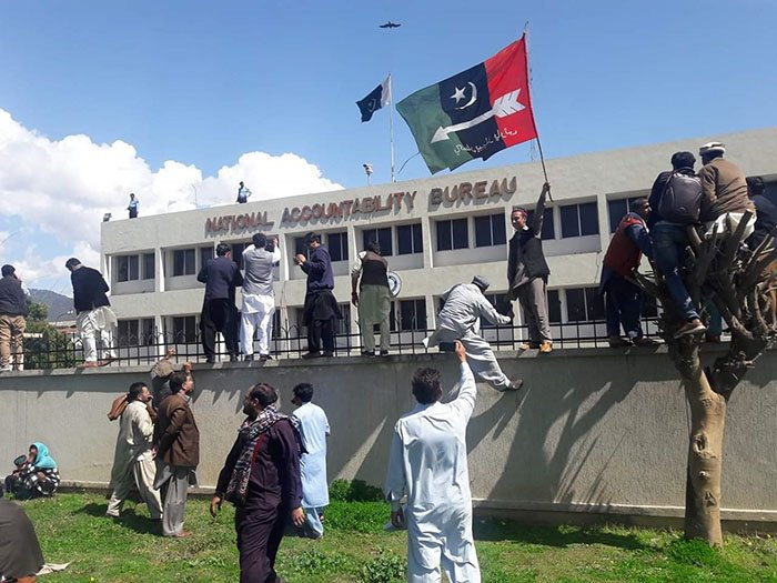A supporter of Pakistan Peoples Party (PPP) waves a party flag on the arrival of party chairman Bilawal Bhutto Zardari in the National Accountability Bureau (NAB) in Islamabad on March 20, 2019. Photo: AFP