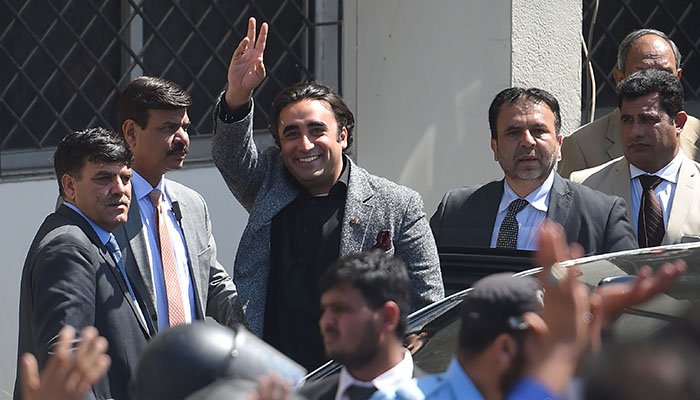 Pakistan Peoples Party (PPP) chairman Bilawal Bhutto Zardari (C) waves to supporters as he arrives in the National Accountability Bureau (NAB) in Islamabad on March 20, 2019. Photo: AFP