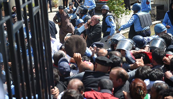 Policemen stop activists of the Pakistan Peoples Party (PPP) as party chairman Bilawal Bhutto Zardari arrives in the National Accountability Bureau. Photo: AFP