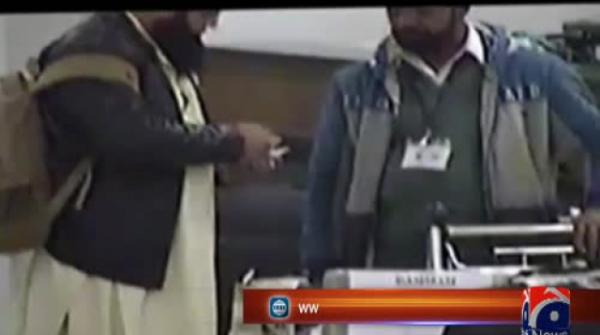Video of Customs officials allegedly taking bribe at Islamabad airport goes viral