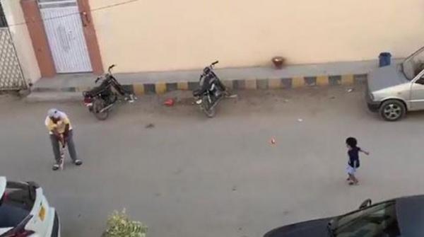 Sarfaraz plays street cricket with his son