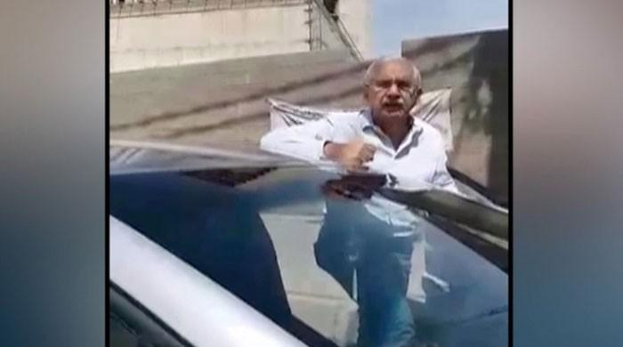 Video: Ex-administrator Karachi fumes at police after being asked to show identity